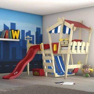 Lit cabane enfant avec toboggan et équipements de jeux