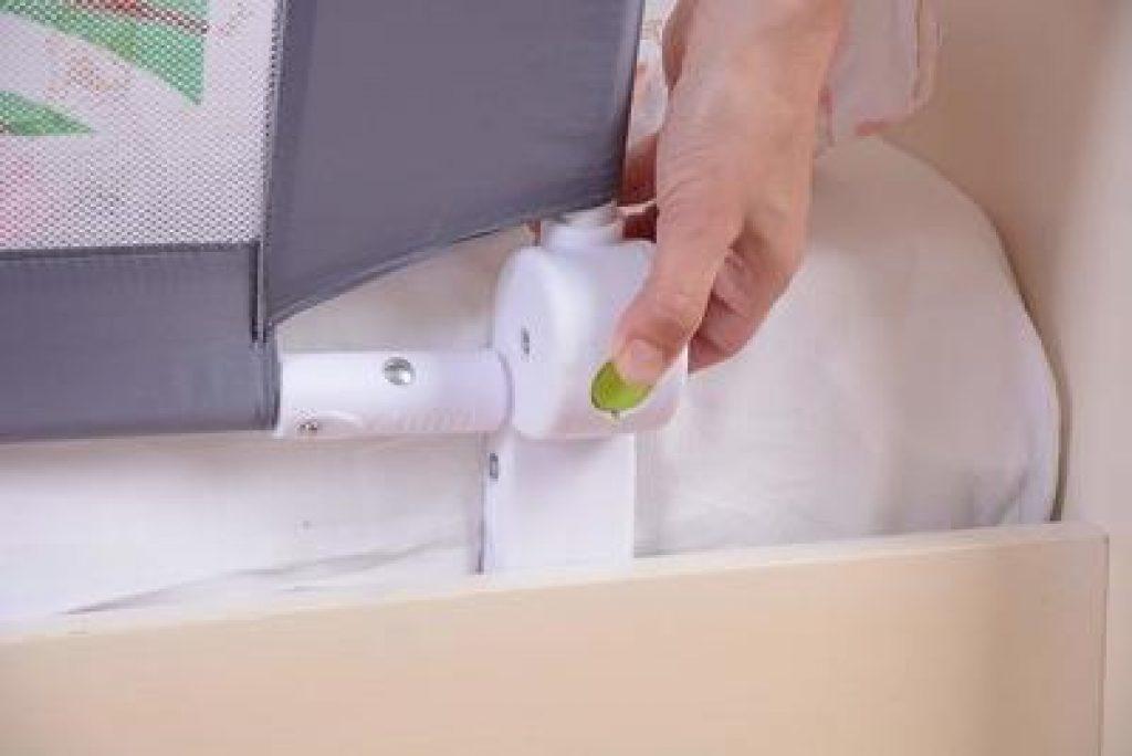 Barrière de lit enfant rabattable avec son bouton