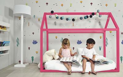 Lit cabane rose au sol pour les filles