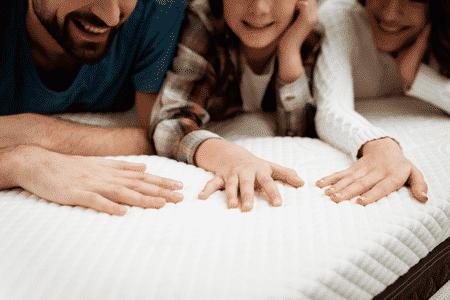 enfant et parents sur un matelas