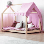 lit cabane avec toile rose