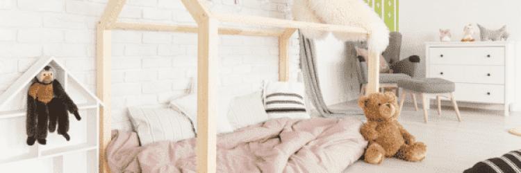 Un lit sol bébé avec son armature de cabane