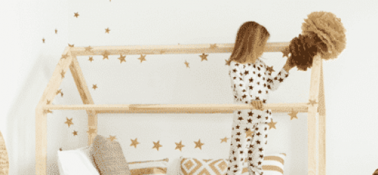 Une petite fille qui joue sur son lit cabane au sol